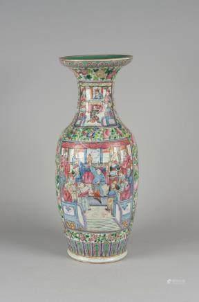 Grand vase balustre en porcelaine, famille rose, à décor de personnages. Chine,