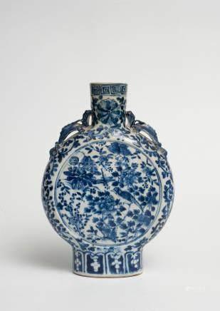 Vase en porcelaine bleu-blanc, de forme gourde, à panse applatie, à décor d'ois
