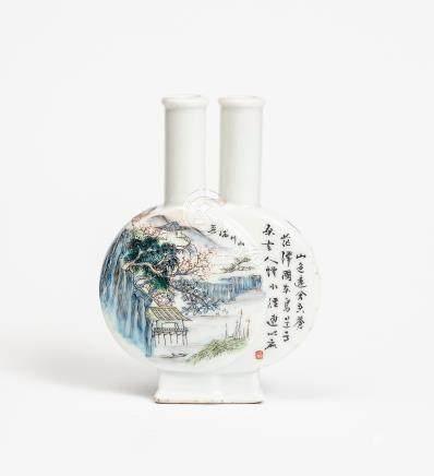 Double vases de forme gourde imbriqués en porcelaine polychrome à décor de pays