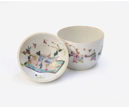 Petit pot couvert en porcelaine polychrome à décor de scène d'enfants jouant à
