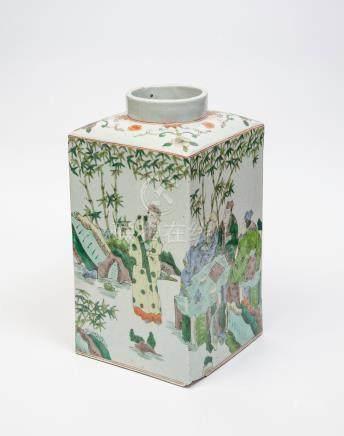 Vase de forme rectangulaire à décor en émaux polychromes de la famille verte de