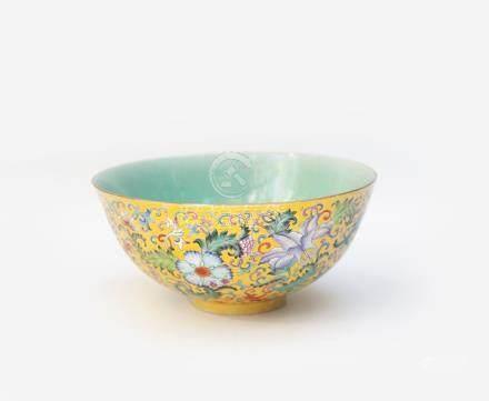 Bol en porcelaine décoré en émaux polychromes de la famille rose de pivoines, o