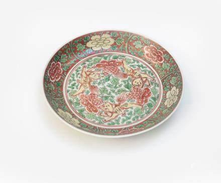 Assiette en porcelaine décorée en émaux polychromes de la famille verte de qili