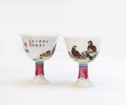 Paire de coupes sur piédouche en porcelaine à émaux falangcai à décor d'oiseaux