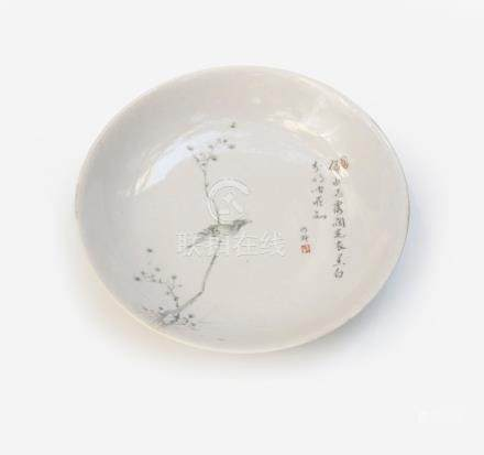 Coupe en porcelaine émaillée à décor en grisaille d'oiseau branché avec un poèm