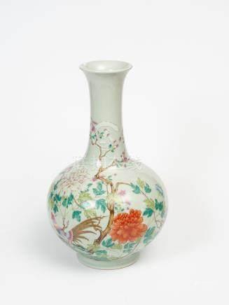 Vase balustre à long col évasé en porcelaine à fond céladon à décor en émaux po
