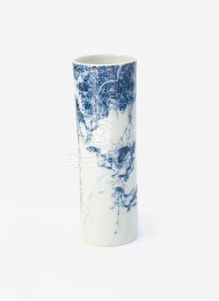 Pot à pinceaux de forme tubulaire et élancée en porcelaine bleu blanc à décor d