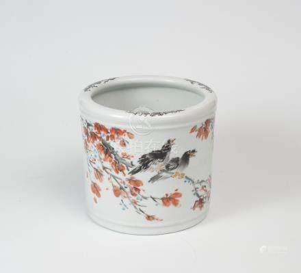 Pot à pinceau en porcelaine à décor en émaux polychromes de la famille rose de