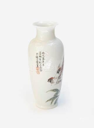 Vase balustre en porcelaine à décor polychrome d'oiseaux volant au dessus de br