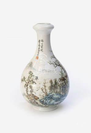 Petit vase gousse d'ail en porcelaine polychrome à décor de paysage montagneux,