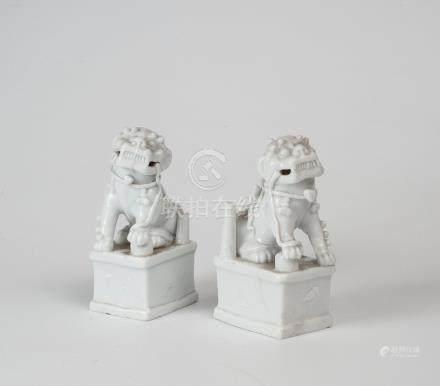 Paire de chien de Fô en porcelaine émaillé blanc De Hua. Chine, Dynastie Qing H