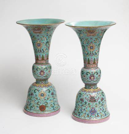 Paire de vases de forme Gu en porcelaine à décor en émaux polychromes de la fam