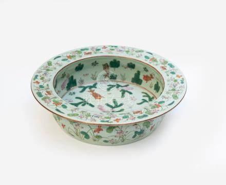 Grand plat creux en porcelaine à décor en émaux polychromes de la famille rose