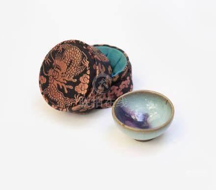 Petite coupe en grès émaillé bleu lavande et pourpre. Chine, Fours de Jun, dyna