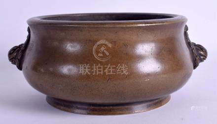A LARGE 18TH/19TH CENTURY CHINESE TWIN HANDLED BRONZE CENSER bearing Xuande marks to base. 2900 gra