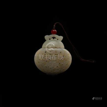 A CARVED WHITE JADE SACHET.QING DYNASTY
