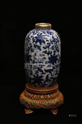 A BLUE AND WHITE VASE AND COVER.ANTIQUE