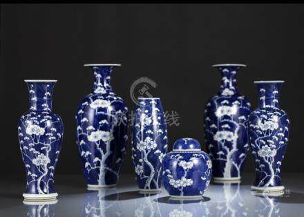 A GROUP OF FIVE BLUE AND WHITE PRUNUS VASES AND A BOX AND COVER, China, Guangxu period - Property fr