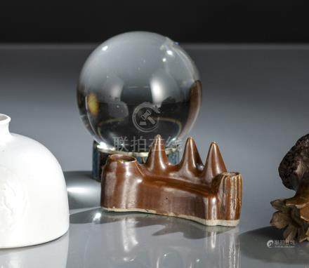 A BROWN-GLAZED BRUSH REST AND A GLASS SPHERE ON A CLOISONNÉ STAND, Republic period/20th ct.. - Minor