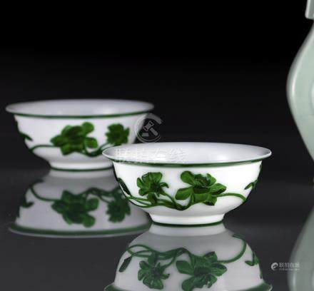 A PAIR OF GREEN-OVERLAY WHITE BEIJING GLASS BOWLS, China, Guangxu period - Good condition