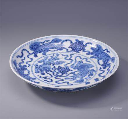 CHINESE PORCELAIN BLUE AND WHITE LIONS PLATE