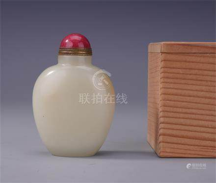 CHINESE JADE SNUFF BOTTLE WITH RED AGATE STOPPER