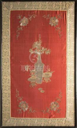 Broderie sur soie or et argent à décor d'objets mo…