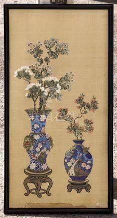 Broderie sur soie à décor de vases fleuris. Chine,…