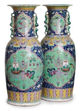 Paar gr. Vasen, Kanton, China Mitte 19. Jh.Porzellan m. Emaillemalerei. Schlanke Amphore m. hohem,