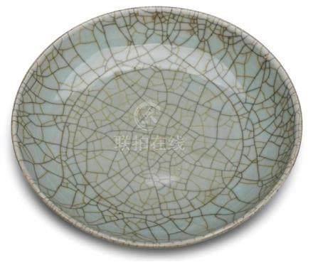 Runde Seladon-Schale,China, wohl Ming-Dynastie 16. Jh. Porzellan m. Seladon-Glasur. Flache, weite