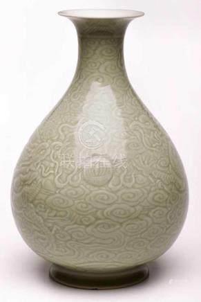 Kugelige Vase, China wohl um 1900.Porzellan m. Seladon-Glasur. Stark bauchige Tropfenform m. weit