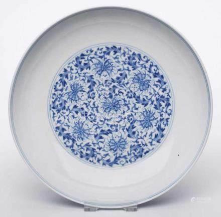 Schale mit Blaumalerei-Dekor,China, wohl Qing-Dynastie 18. Jh. Porzellan. Weite, rd. Schale auf