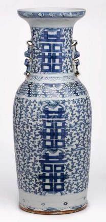 Gr. Bodenvase, China um 1900.Porzellan m. Blaumalerei-Dekor. Hohe, zylindr. Bauchung m. leicht
