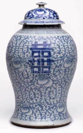 Gr. Deckelvase, China 19. Jh.Porzellan m. Blaumalerei-Dekor. Im oberen Teil kugelig bauchiger