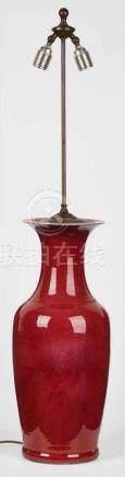 Tischlampe mitGr. Ochsenblutvase, China 19. Jh. Porzellan m. roter Glasur. Schlanker Korpus m.