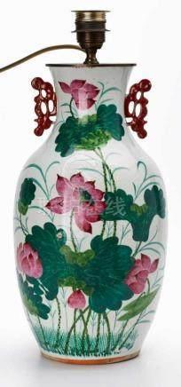 Tischlampe mitVase, China 20. Jh. Porzellan m. farbiger Emaille-Malerei. Bauchige Amphore m.