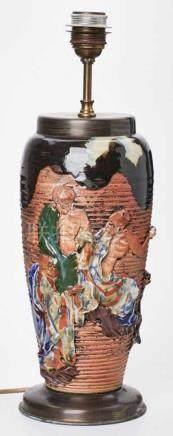 Tischlampe mitVase mit Figurendekor, wohl Japan 20. Jh. Roter Scherben, partiell farbig glasiert.