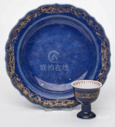 """Teller und kl. Fußbecher,China wohl Anf. 19. Jh. Porzellan m. """"Powder Blue""""-Glasur u. Gold-"""