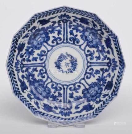 Kl. 12-eckige Schale, China wohl um 1800.Porzellan m. Blaumalerei-Dekor. Flache Form m. schräger