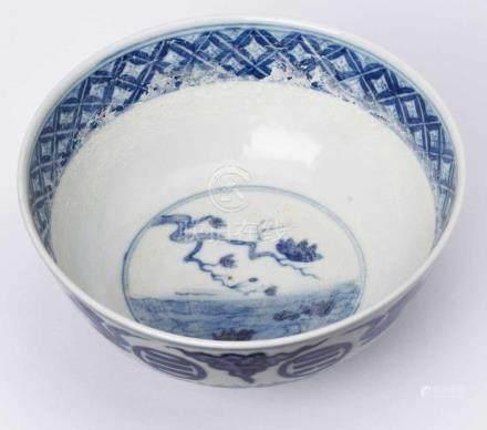 Kl. Kumme, China wohl 19. Jh.Porzellan m. Blaumalereidekor. Halbkugelige Schale auf Standring.