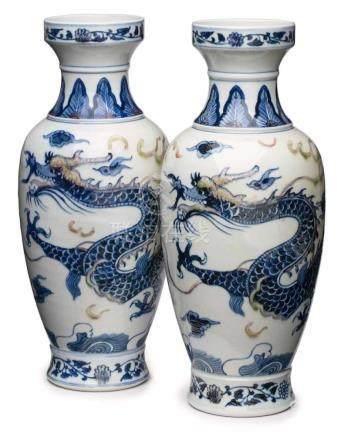 Paar Vasen, China wohl Ende 19. Jh.Porzellan m. Dekor in Blau u. Grau. Amphore m. gekehltem Hals