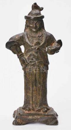 Wächter, China wohl 18. Jh.Bronze, dunkel patiniert. Bärtige Standfigur in Rüstung u. Helm, eine