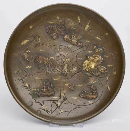 Kl. Teller, Japan wohl um 1900.Bronze, patiniert u. vergoldet. Flache, rd. Form m. schmaler,