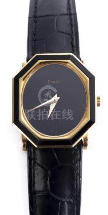 Piaget, montre bracelet à boîtier octogonal en or jaune .750 et barettes d'onyx
