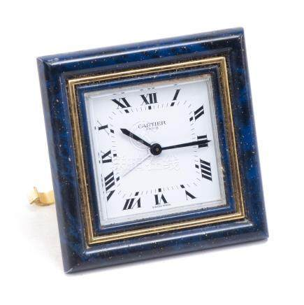 Cartier, pendulette de voyage carrée à cadre laqué imitant le lapis