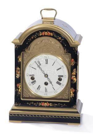 Horloge borne anglaise à caisson laqué et décor floral. Fronton signé Knight & Gibbins London