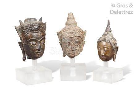 SIAM Suite de trois têtes de boddisathva en bronze.