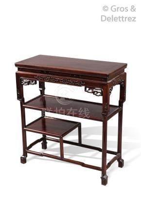 Table rectangulaire en bois naturel reposant sur quatre pied