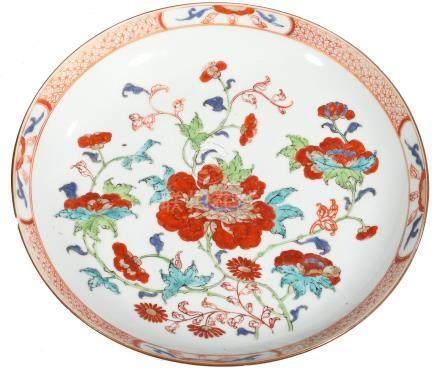 """COUPE en porcelaine à décor """"famille verte"""" de bouquets de fleurs et treillis r"""