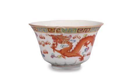 """BOL en porcelaine à décor """"famille rose"""" d'un dragon et d'un phénix, vagues au"""
